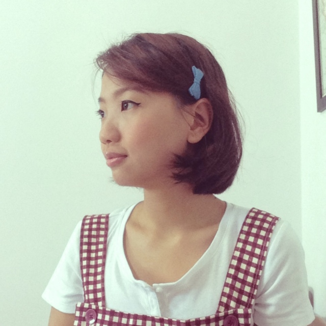 1950s inspired short bob style with vintage plastic hair clip