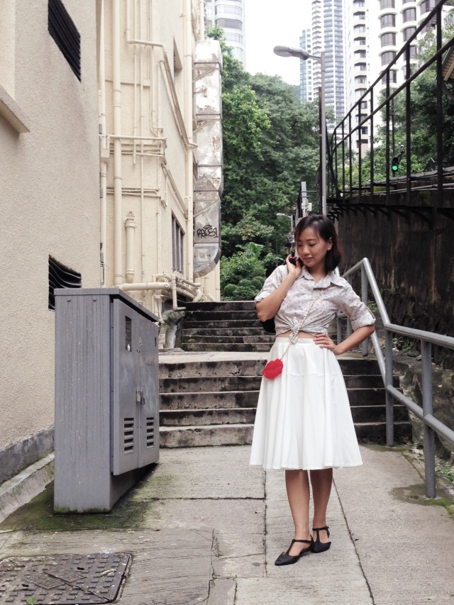 Mid-century inspiration - wearing: handmade floral blouse, mid-century style shoes from Rubi, white circle skirt, trashy red lip iPhone case with gold chain XD